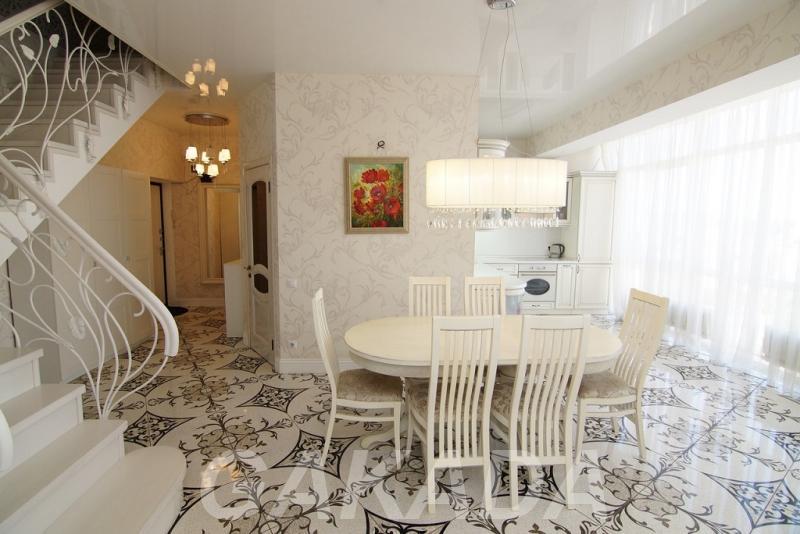 Двухуровневая пятикомнатная квартира с витражными окнами и,  Краснодар