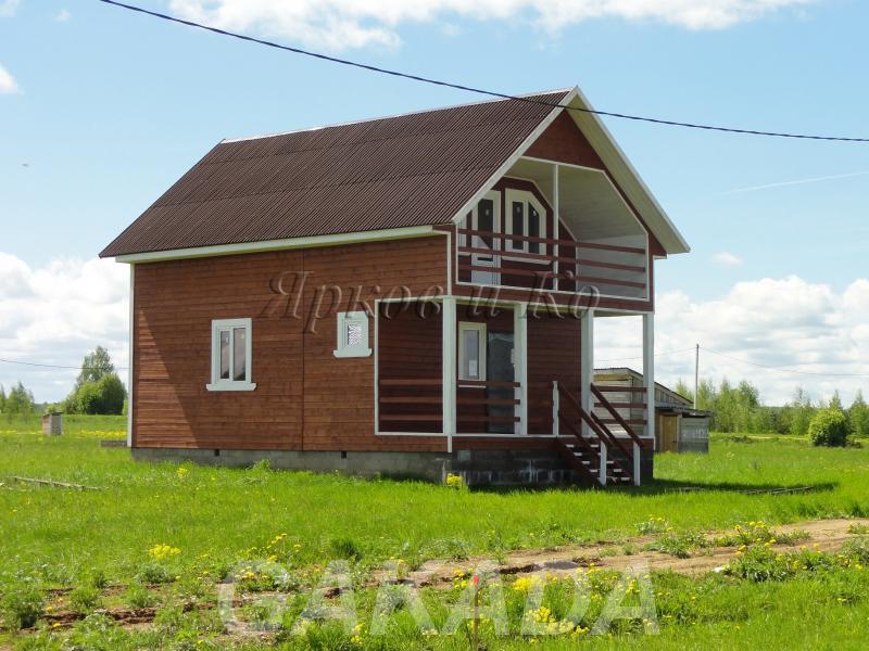 Дом с эркером и верандой, у великого озера,  Москва